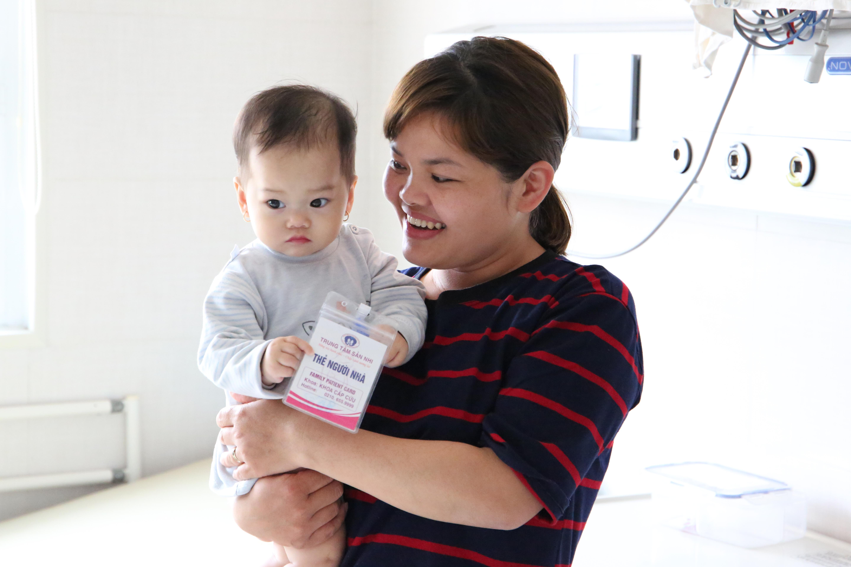 Một bệnh nhi 11 tháng tuổi mắc bệnh Kawasaki hiếm gặp được điều trị khỏi lần đầu tiên tại Trung tâm Sản Nhi Phú Thọ - Ảnh 2.