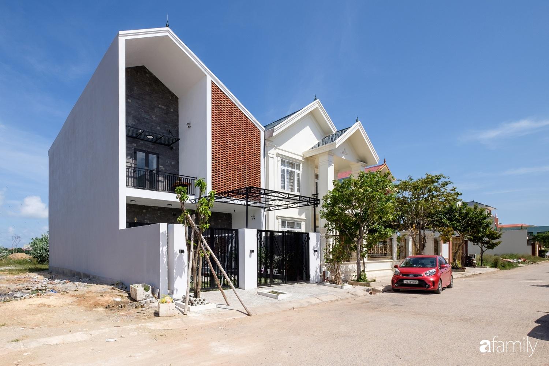 """Rộng 160m², ngôi nhà ở Quảng Bình được dùng vật liệu """"đặc biệt"""" để không gian sống đủ ánh sáng và gió trời dù không nhiều cửa sổ"""