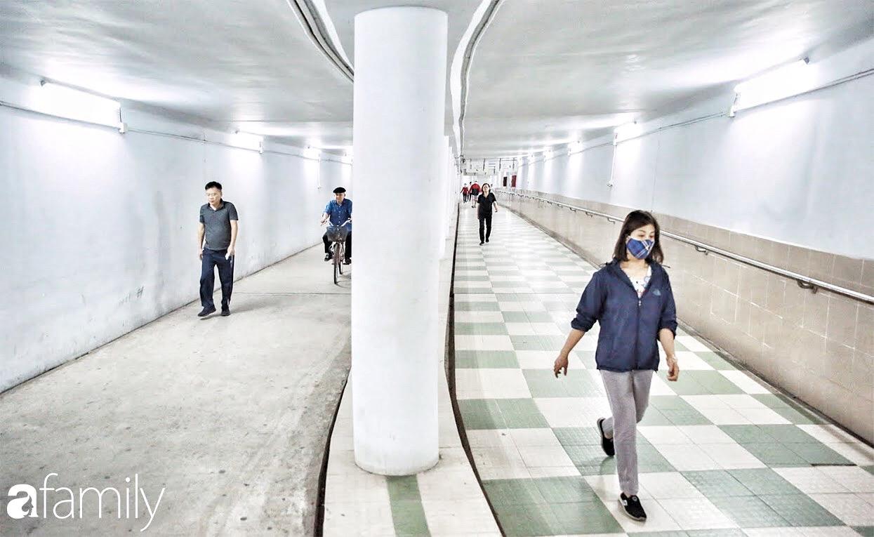 Kỳ lạ giữa Hà Nội mùa dịch: Trên đường vắng tanh, già trẻ, lớn bé rủ nhau xuống hầm tập thể thao nâng cao sức khỏe - Ảnh 4.