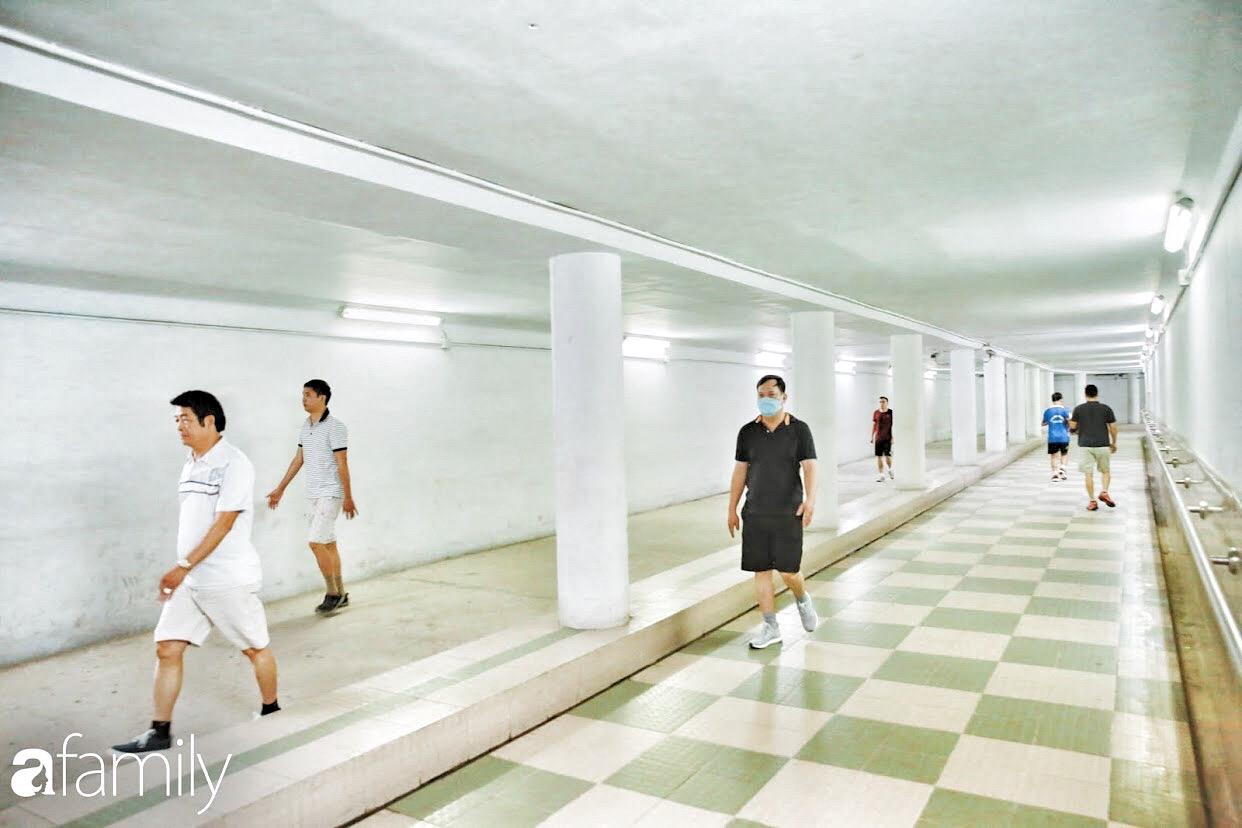 Kỳ lạ giữa Hà Nội mùa dịch: Trên đường vắng tanh, già trẻ, lớn bé rủ nhau xuống hầm tập thể thao nâng cao sức khỏe - Ảnh 12.