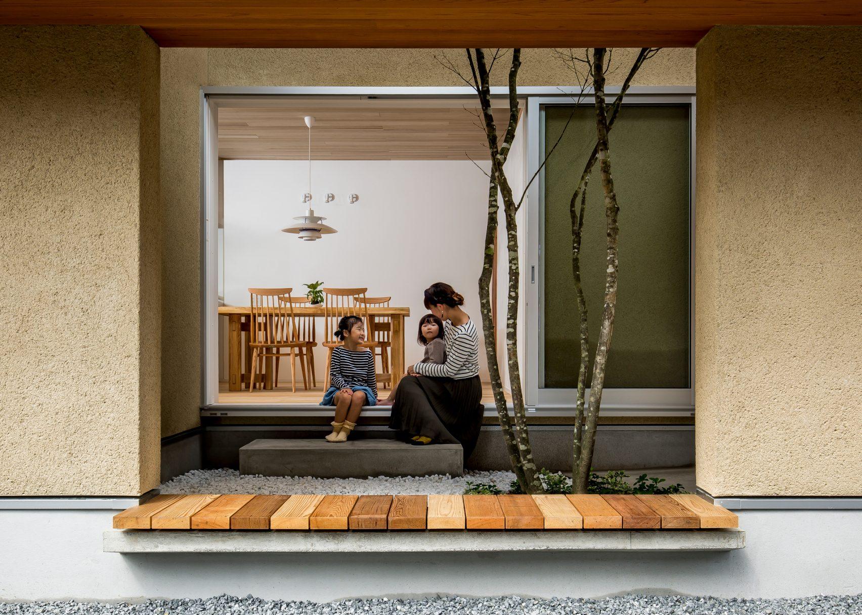 Ngôi nhà có khoảng sân vườn thiết kế nghệ thuật giúp từng góc nhỏ bên trong đều đẹp như tranh vẽ - Ảnh 1.