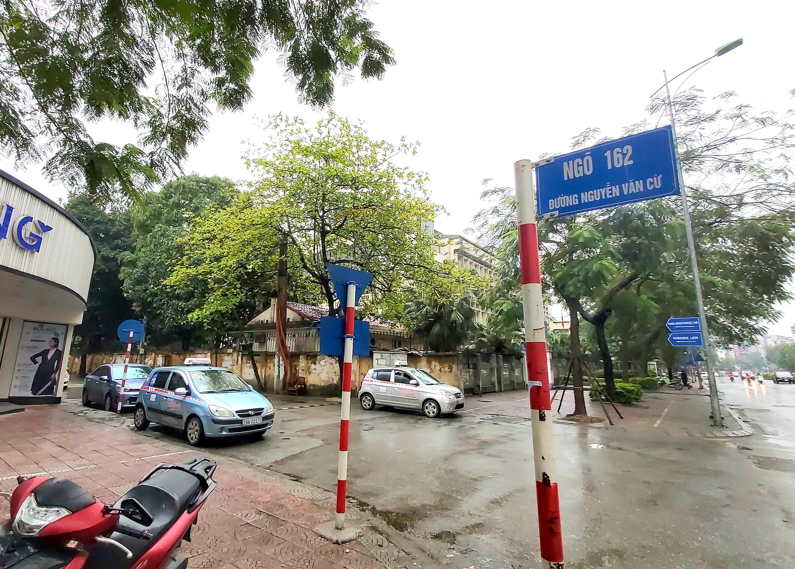 """Người dân sinh sống quanh khu vực cách ly tại đường Nguyễn Văn Cừ vẫn lạc quan: """"Chỉ cần giữ đúng nguyên tắc của Nhà nước thì không việc gì phải hoang mang, lo lắng"""" - Ảnh 2."""