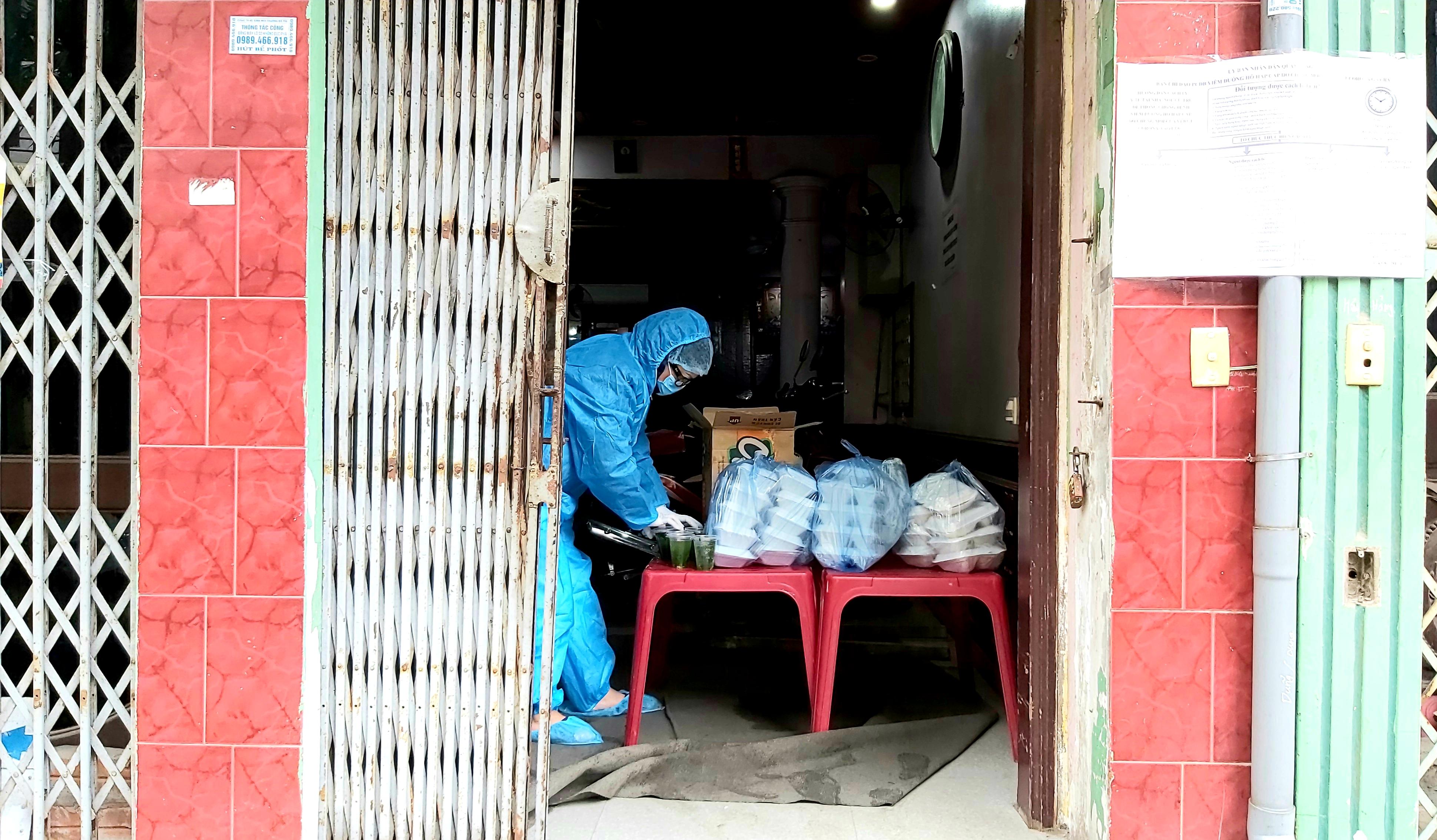 """Người dân sinh sống quanh khu vực cách ly tại đường Nguyễn Văn Cừ vẫn lạc quan: """"Chỉ cần giữ đúng nguyên tắc của Nhà nước thì không việc gì phải hoang mang, lo lắng"""" - Ảnh 7."""