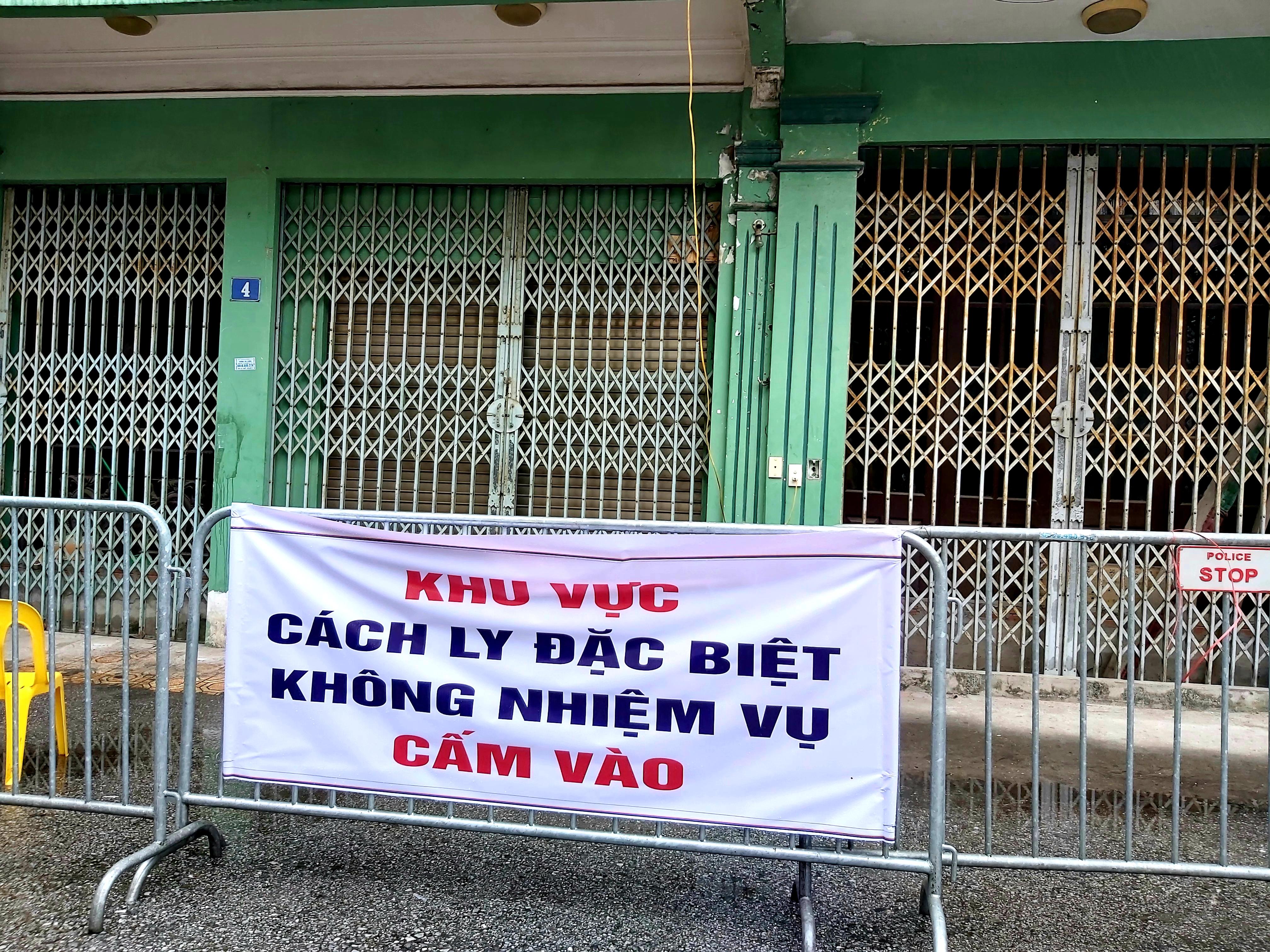 """Người dân sinh sống quanh khu vực cách ly tại đường Nguyễn Văn Cừ vẫn lạc quan: """"Chỉ cần giữ đúng nguyên tắc của Nhà nước thì không việc gì phải hoang mang, lo lắng"""" - Ảnh 3."""