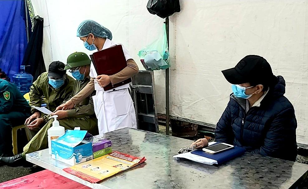 """Người dân sinh sống quanh khu vực cách ly tại đường Nguyễn Văn Cừ vẫn lạc quan: """"Chỉ cần giữ đúng nguyên tắc của Nhà nước thì không việc gì phải hoang mang, lo lắng"""" - Ảnh 4."""