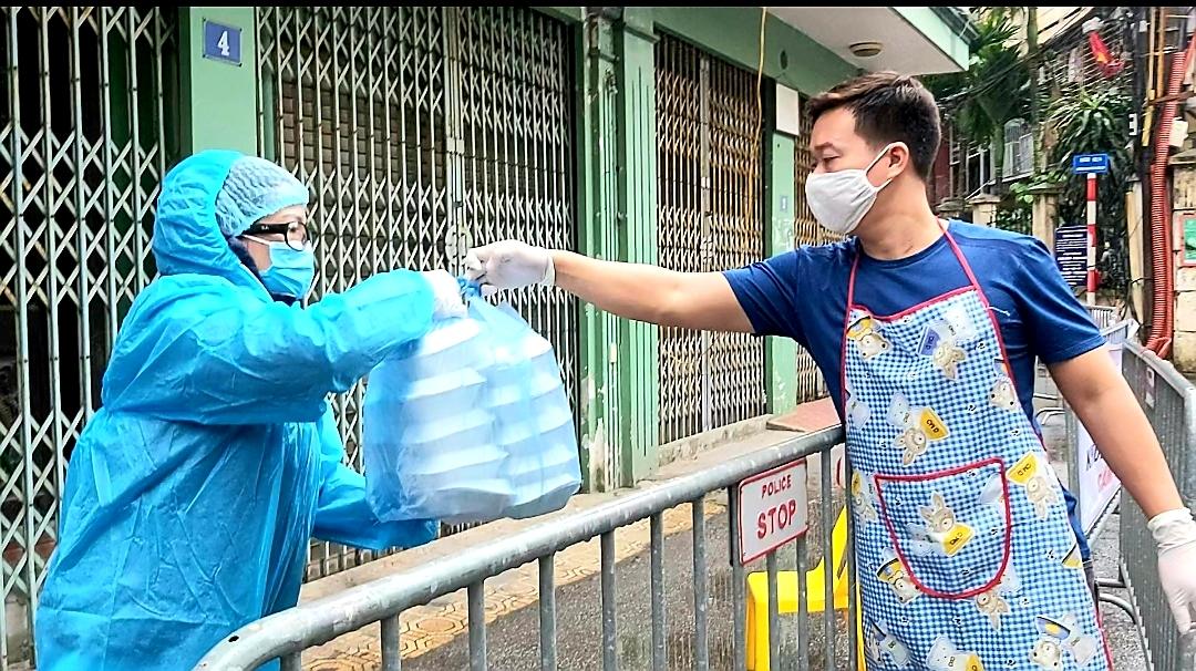 """Người dân sinh sống quanh khu vực cách ly tại đường Nguyễn Văn Cừ vẫn lạc quan: """"Chỉ cần giữ đúng nguyên tắc của Nhà nước thì không việc gì phải hoang mang, lo lắng"""" - Ảnh 6."""