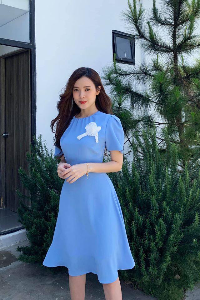 Midu đăng hình mới cùng dòng chú thích: Mặc váy màu xanh nhưng say anh là chính. Em nói cho vui anh đừng nghĩ đó là thính.