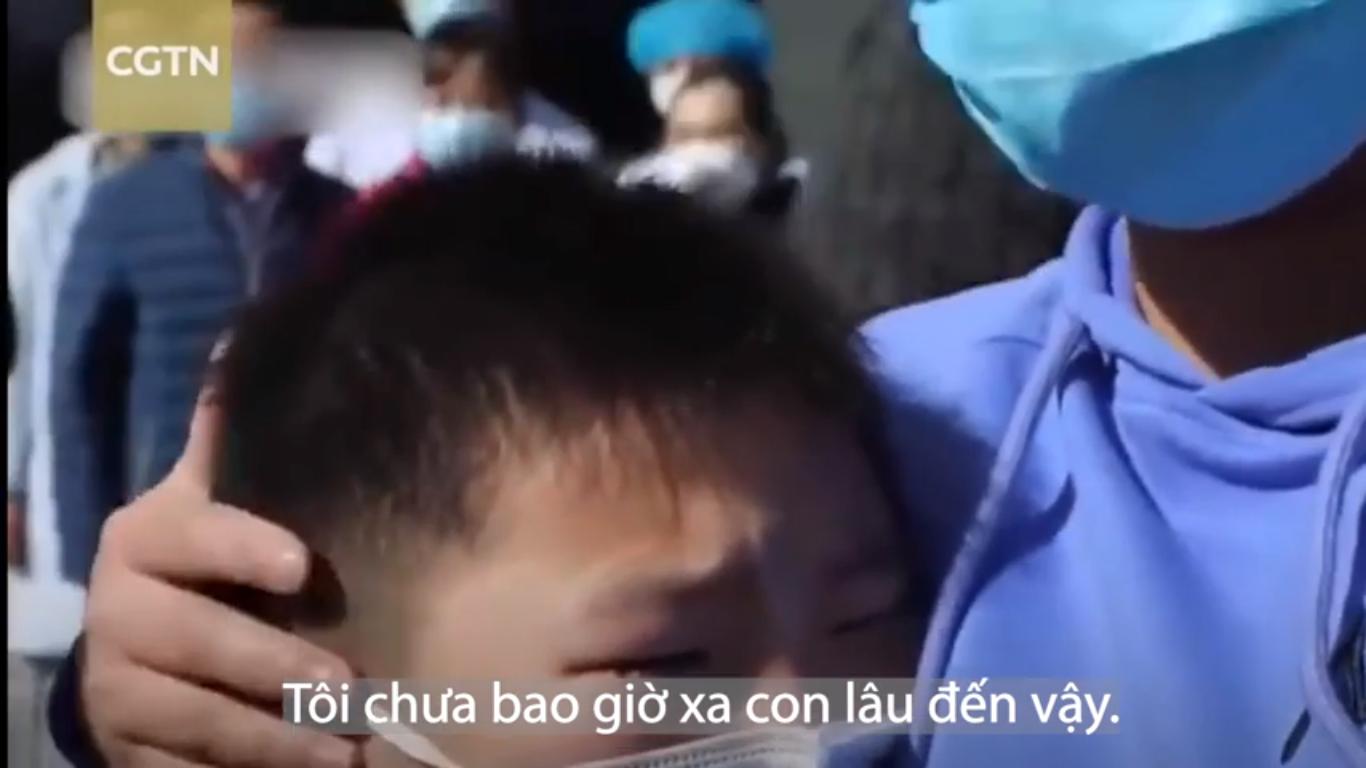 Nữ điều dưỡng gặp lại con sau 29 ngày đi chống dịch, biểu cảm hớt hải tìm mẹ của bé trai khiến người xung quanh rơi nước mắt - Ảnh 4.