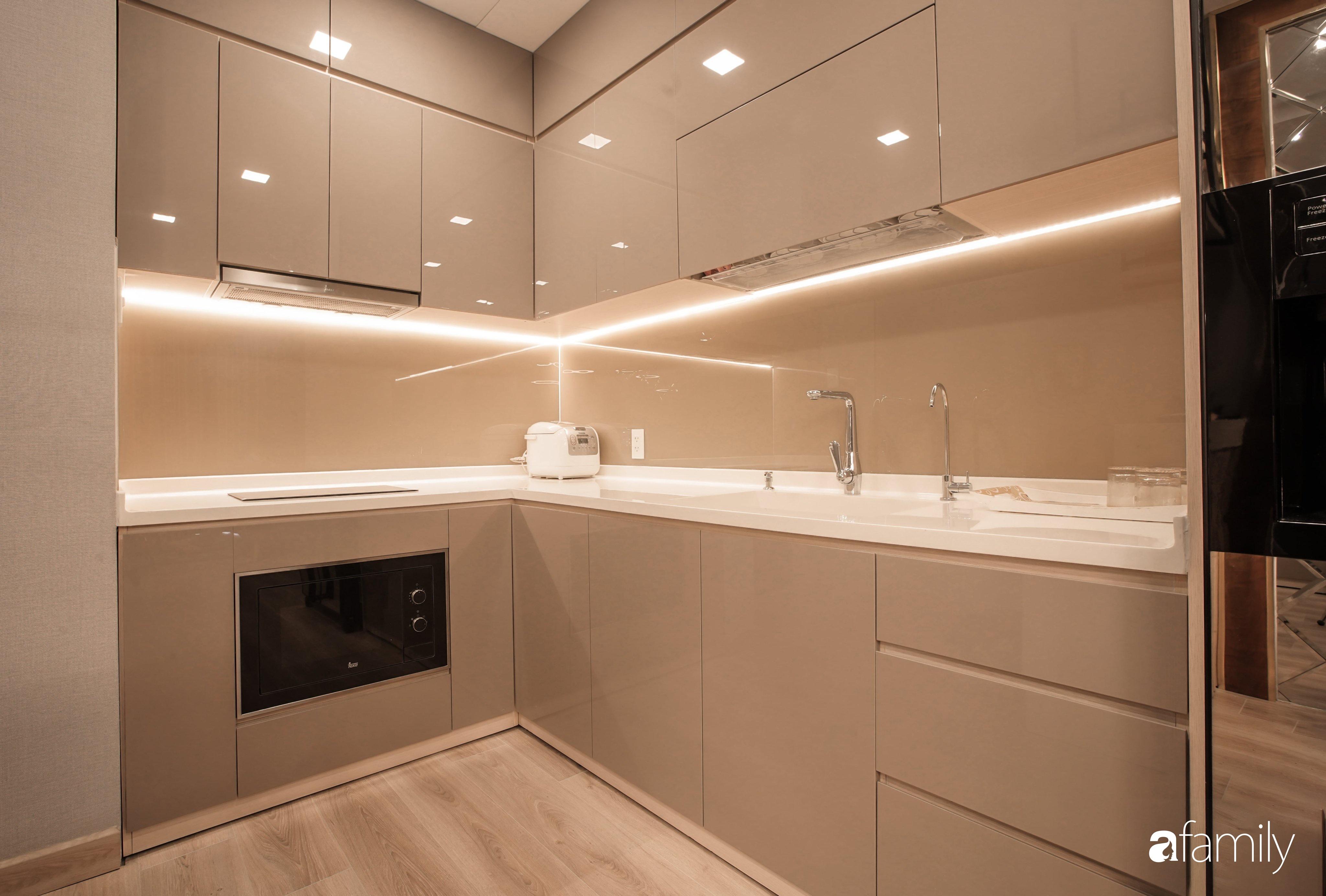 Căn hộ 65m² vẫn rộng rãi và sang trọng nhờ thiết kế mở bằng vách kính kết hợp ánh sáng hài hòa ở TP HCM - Ảnh 6.