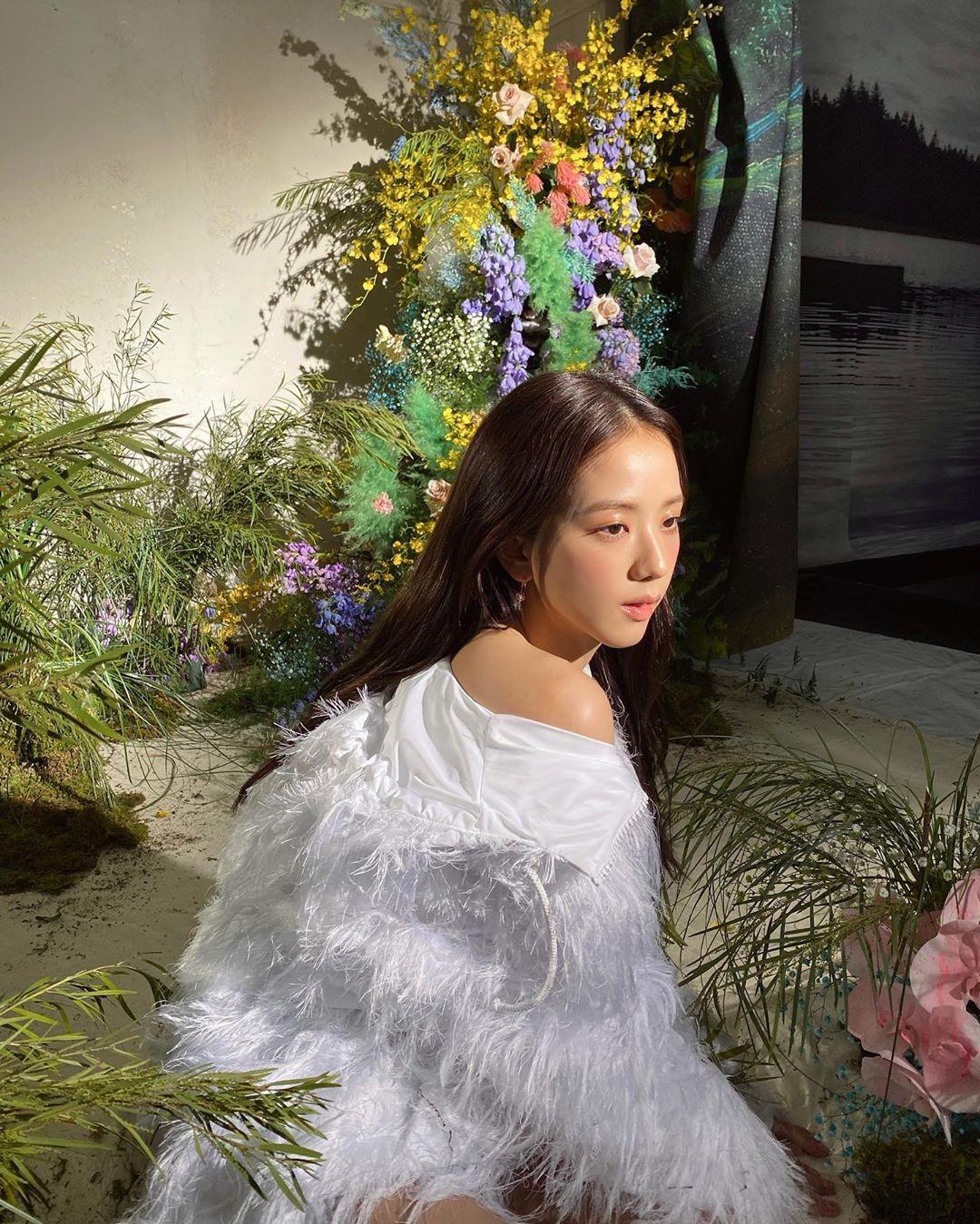 """Thật """"cân não"""" khi Song Hye Kyo - Jisoo đụng hàng: Tường thành nhan sắc kín như bưng, idol trẻ buông lơi lả lướt quá - Ảnh 3."""