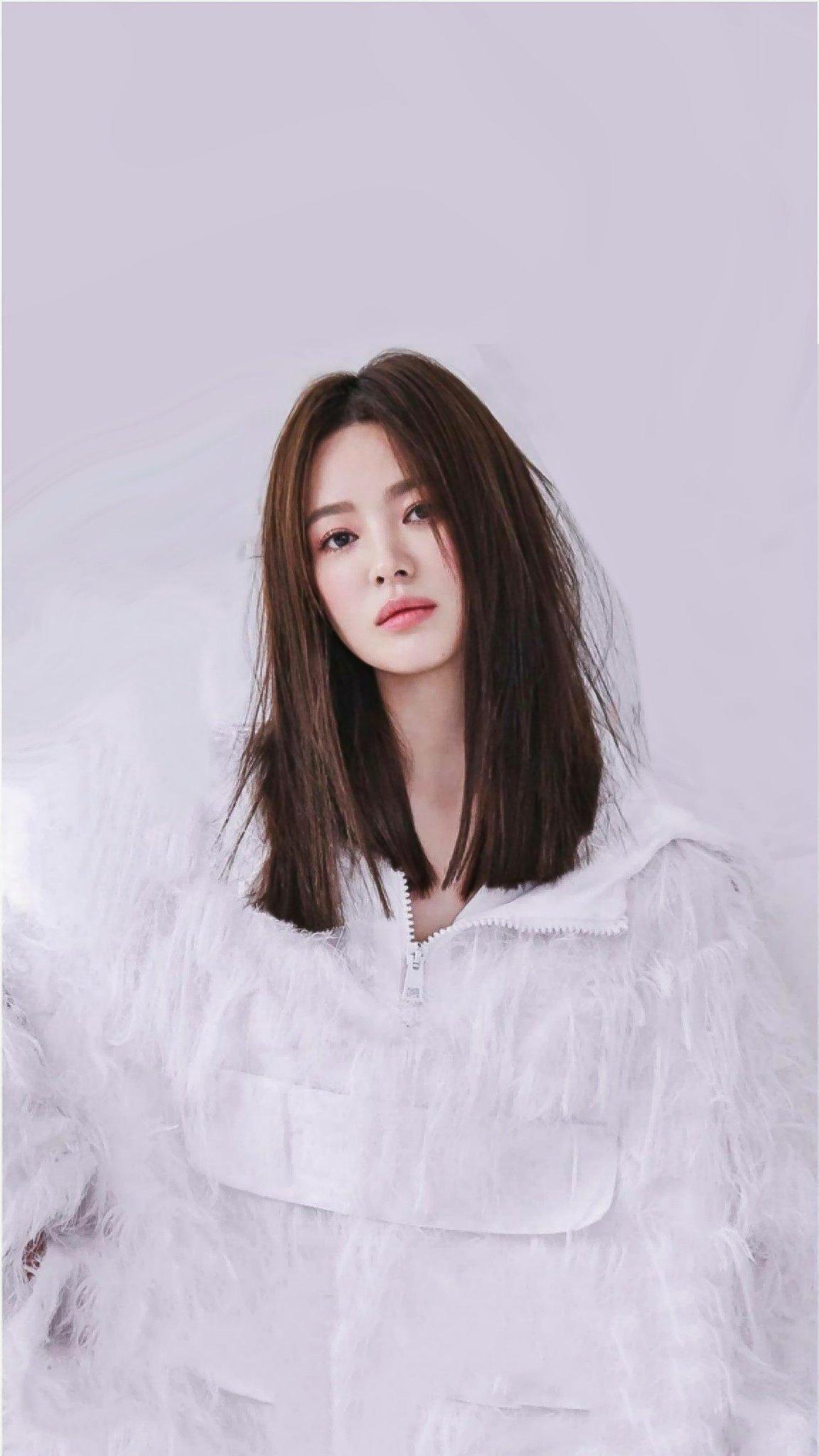 """Thật """"cân não"""" khi Song Hye Kyo - Jisoo đụng hàng: Tường thành nhan sắc kín như bưng, idol trẻ buông lơi lả lướt quá - Ảnh 2."""