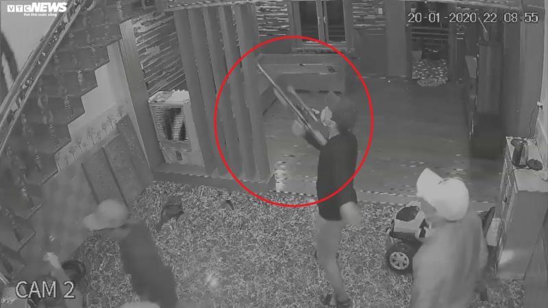 Nghi án côn đồ xông vào nhà dân nổ súng, dùng dao chém 4 người - Ảnh 2.