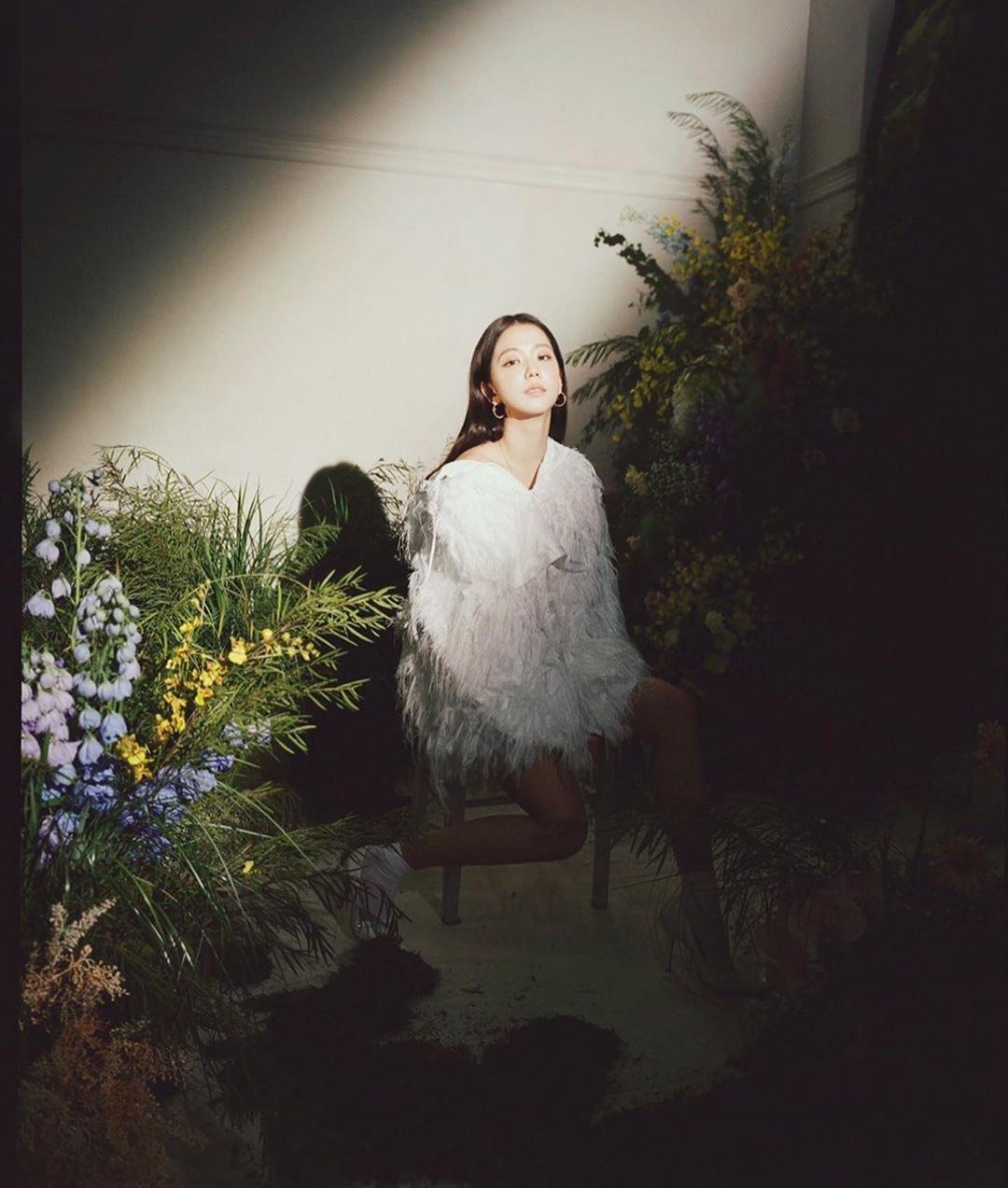 """Thật """"cân não"""" khi Song Hye Kyo - Jisoo đụng hàng: Tường thành nhan sắc kín như bưng, idol trẻ buông lơi lả lướt quá - Ảnh 5."""
