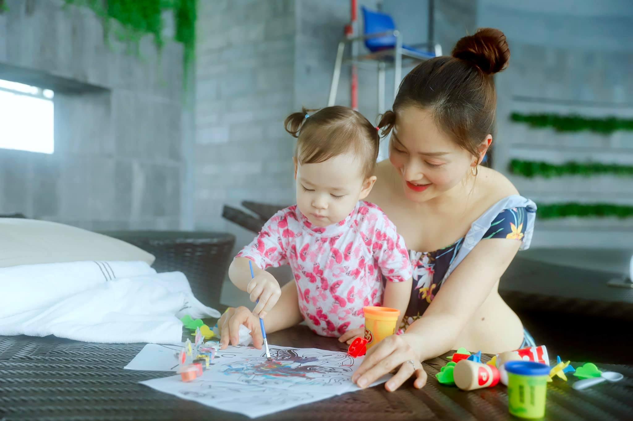 Con gái 21 tháng biết xếp bảng chữ cái, đếm số, đánh đàn, Lan Phương tiết lộ quy tắc dạy con mẹ nào cũng khen ngợi - Ảnh 4.