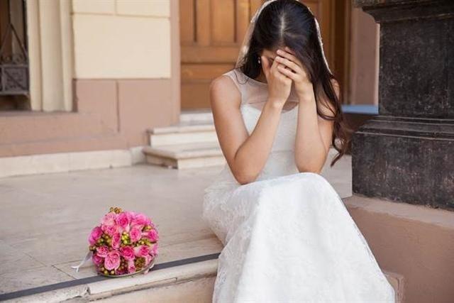 """Đêm tân hôn, chú rể líu lưỡi nói """"hoa là hoa hồng, không phải hoa sen"""", cô dâu liền đập tan bình bông rồi xốc váy chạy về nhà - Ảnh 1."""