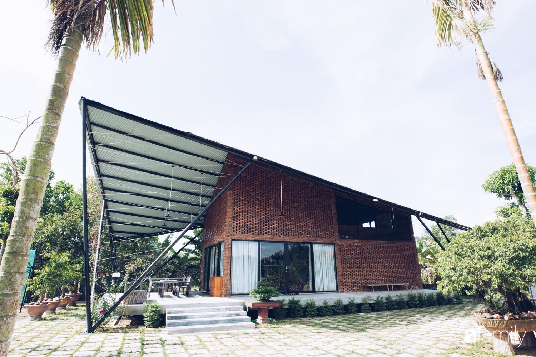 Độc lạ với ngôi nhà hình cánh diều của con cái chung tay góp 350 triệu đồng xây tặng bố mẹ ở ngoại ô TP Đà Nẵng - Ảnh 1.