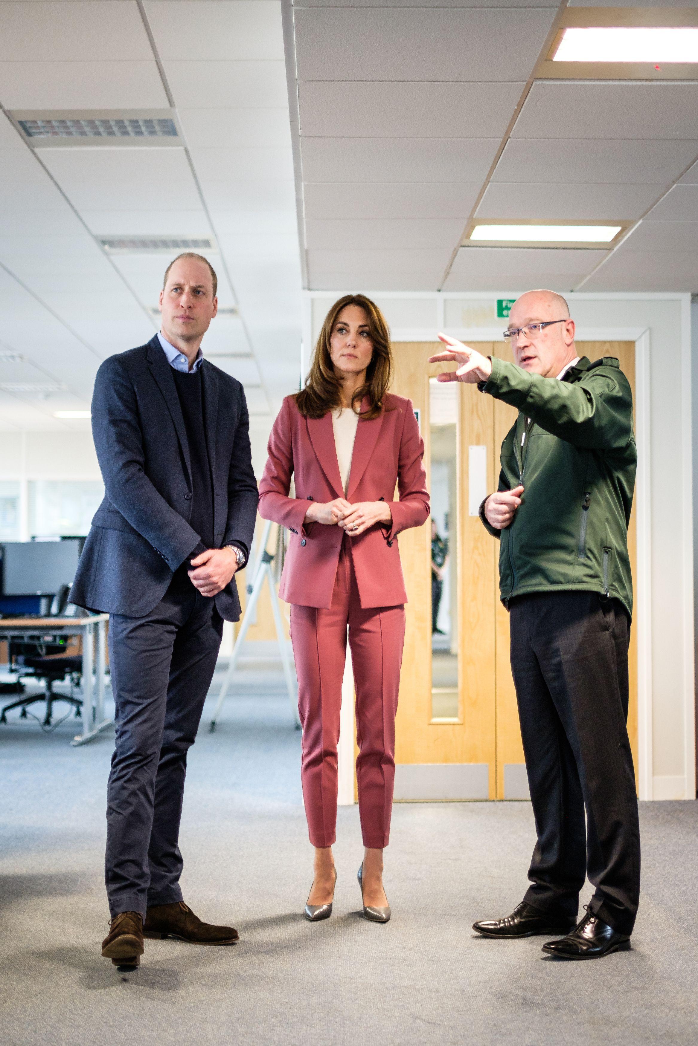 """Lần đầu tiên Công nương Kate diện nguyên bộ suit, là """"học"""" phá vỡ quy tắc Hoàng gia từ Meghan? - Ảnh 1."""