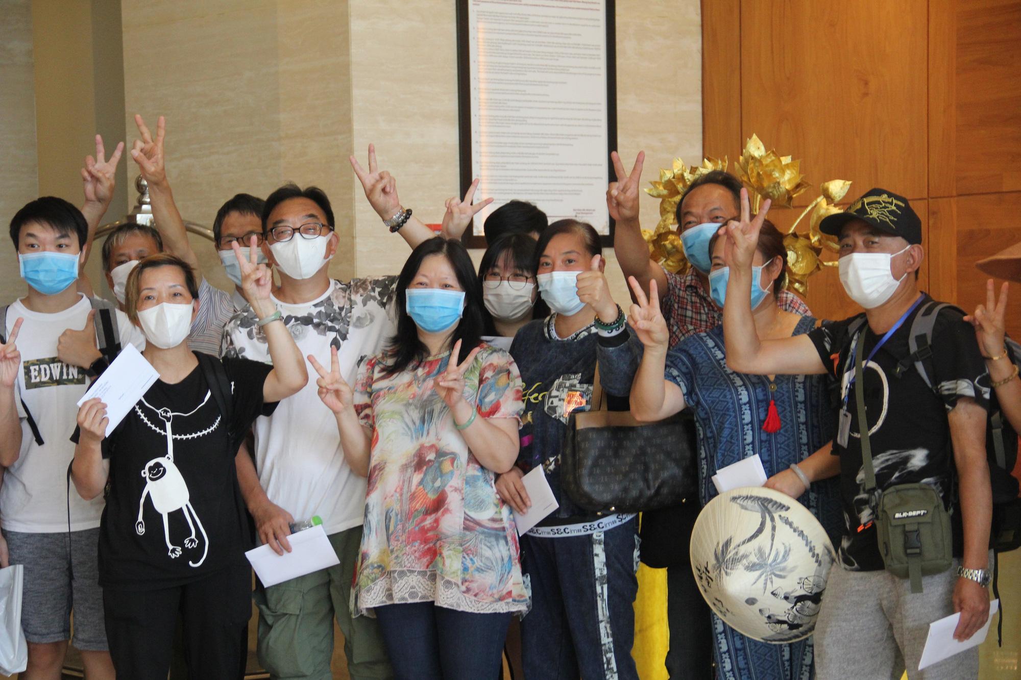 Du khách nước ngoài vui mừng rời khu cách ly ở Đà Nẵng: Cảm ơn các bạn và chúng tôi sẽ quay lại vào một ngày thuận lợi hơn - Ảnh 4.