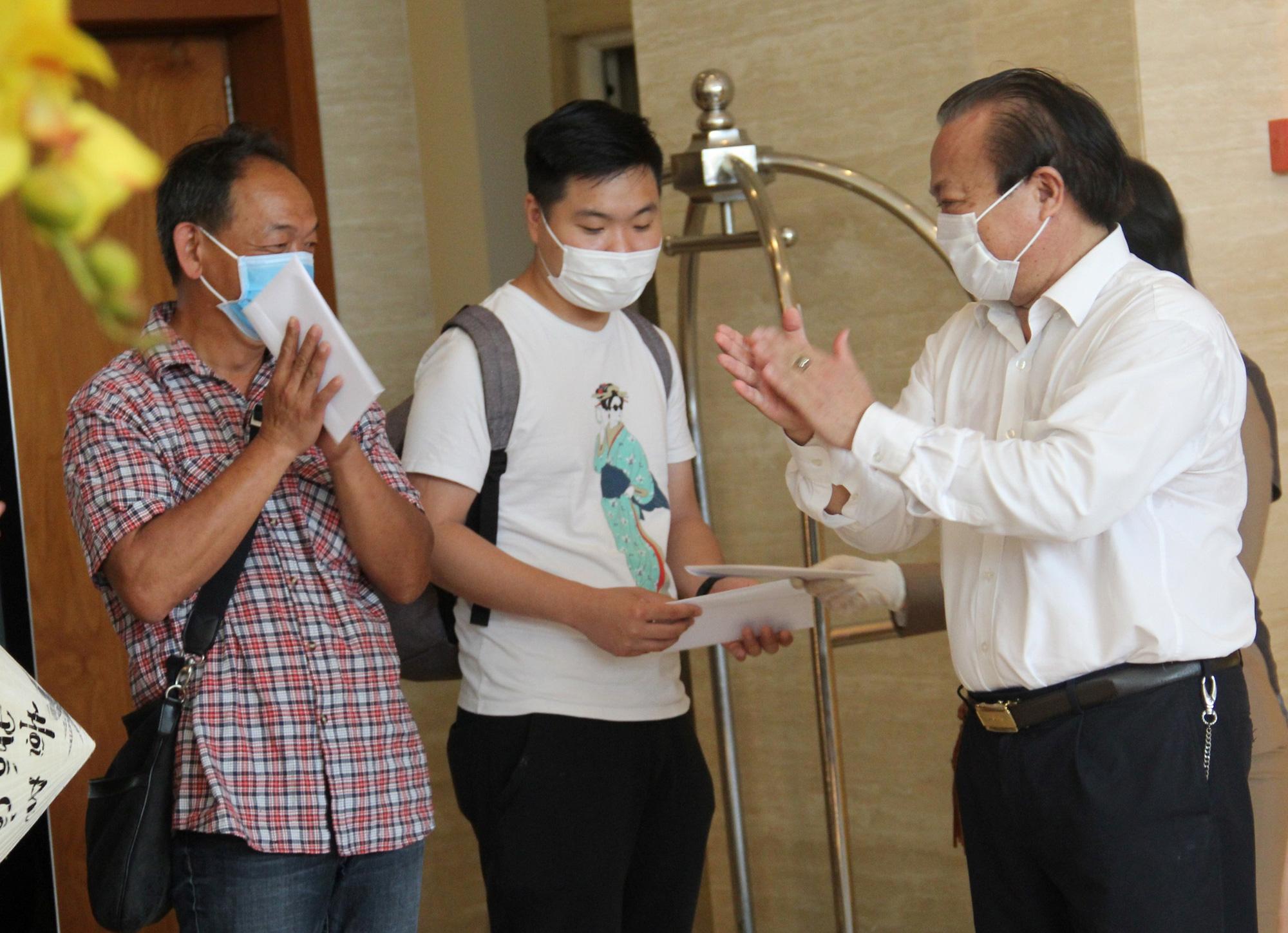 Du khách nước ngoài vui mừng rời khu cách ly ở Đà Nẵng: Cảm ơn các bạn và chúng tôi sẽ quay lại vào một ngày thuận lợi hơn - Ảnh 3.
