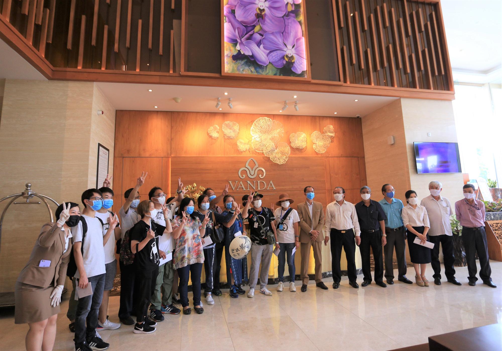 Du khách nước ngoài vui mừng rời khu cách ly ở Đà Nẵng: Cảm ơn các bạn và chúng tôi sẽ quay lại vào một ngày thuận lợi hơn - Ảnh 2.