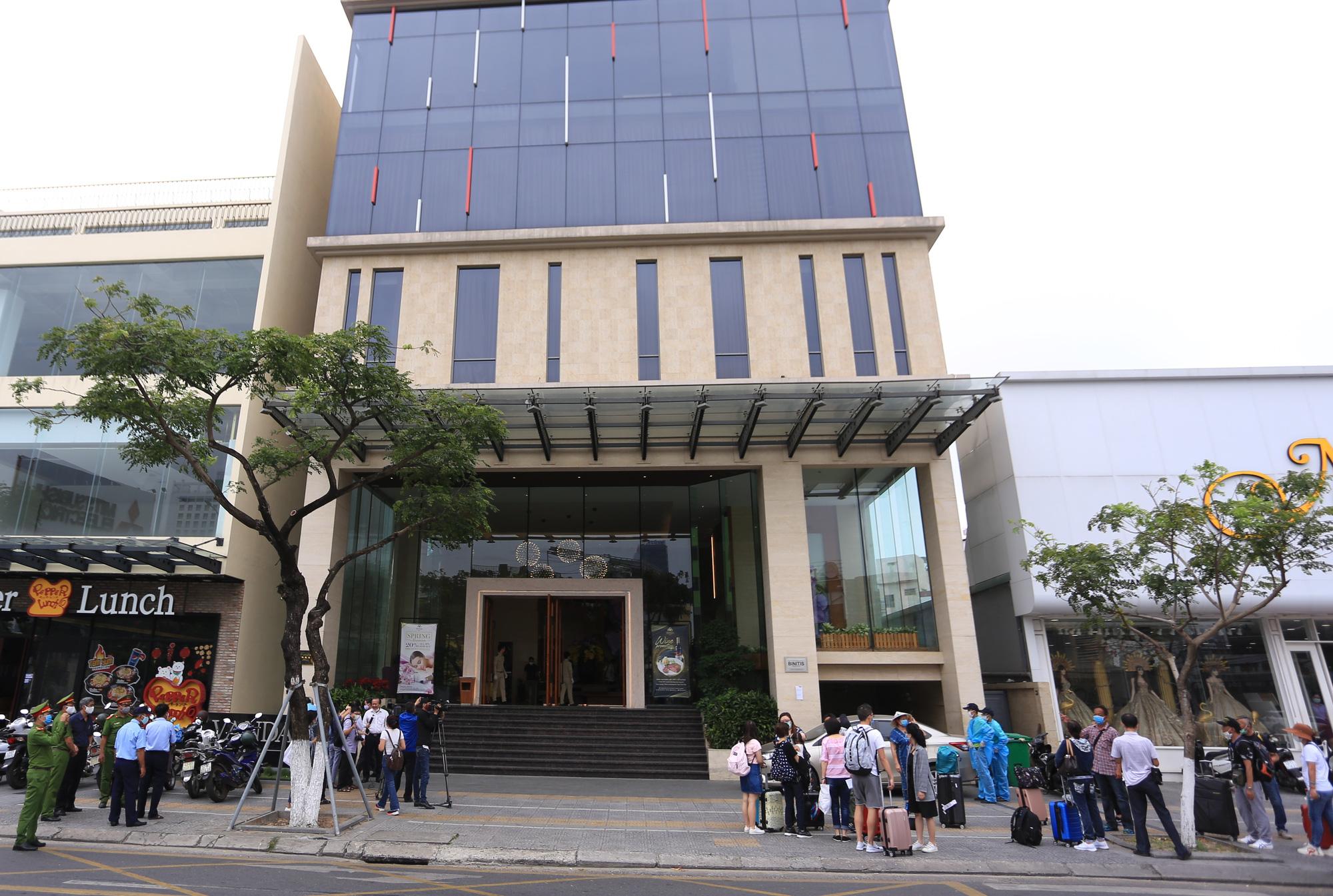 Du khách nước ngoài vui mừng rời khu cách ly ở Đà Nẵng: Cảm ơn các bạn và chúng tôi sẽ quay lại vào một ngày thuận lợi hơn - Ảnh 5.
