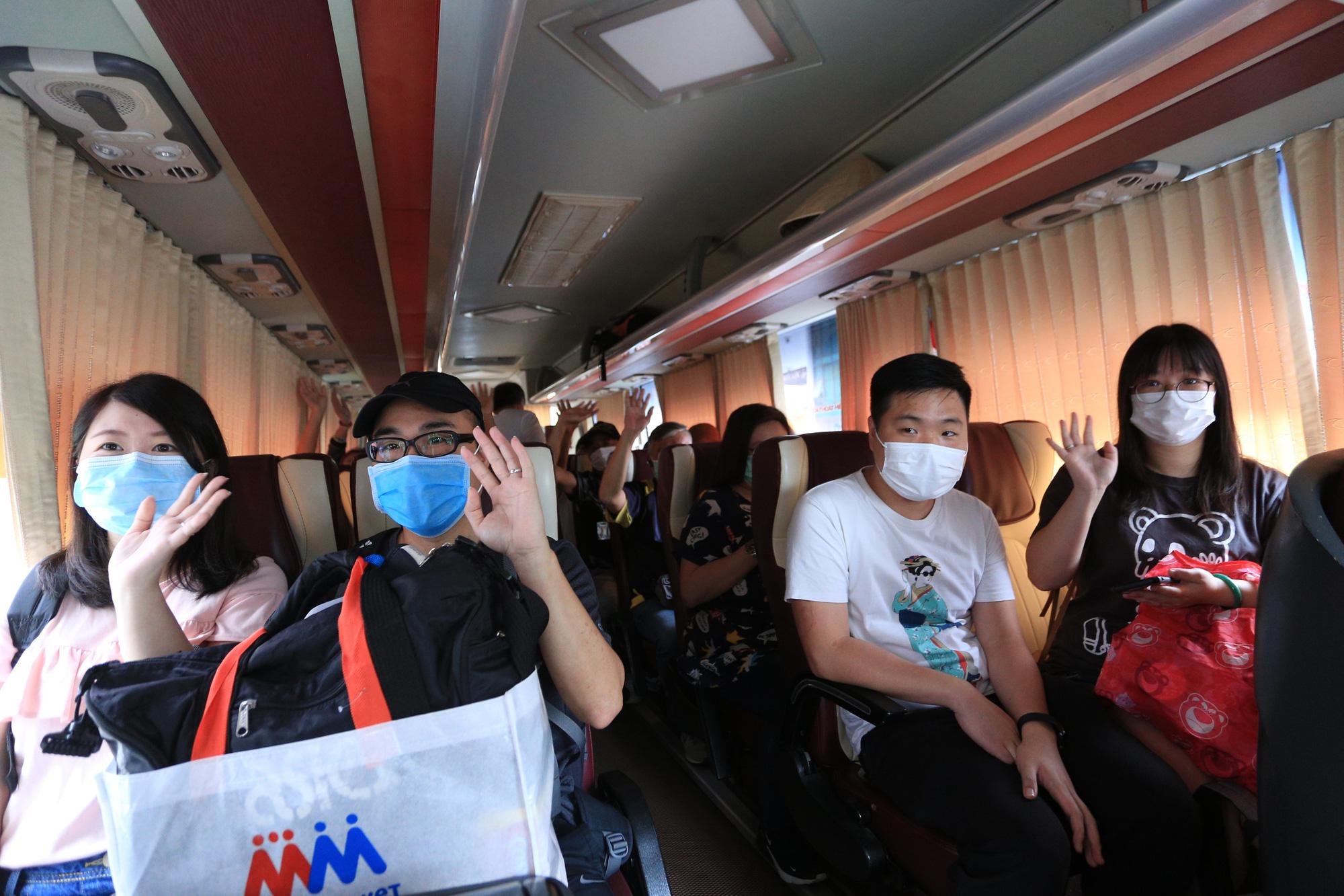 Du khách nước ngoài vui mừng rời khu cách ly ở Đà Nẵng: Cảm ơn các bạn và chúng tôi sẽ quay lại vào một ngày thuận lợi hơn - Ảnh 10.