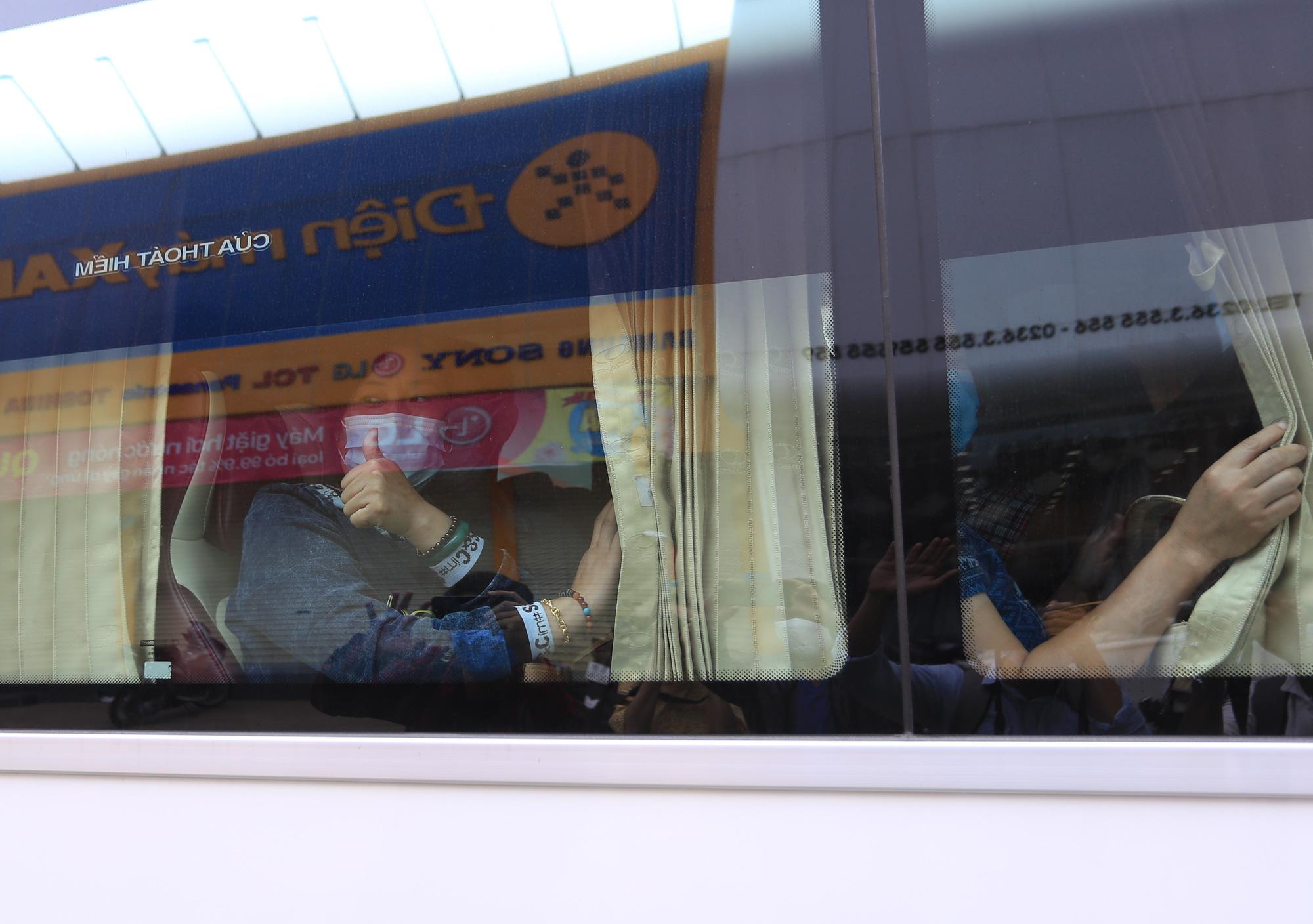 Du khách nước ngoài vui mừng rời khu cách ly ở Đà Nẵng: Cảm ơn các bạn và chúng tôi sẽ quay lại vào một ngày thuận lợi hơn - Ảnh 11.