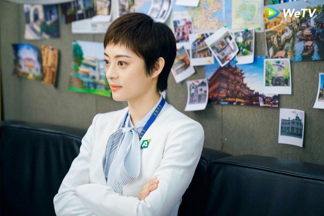 """Style công sở của Tôn Lệ trong phim mới khiến dân tình phân vân: Người khen đẹp, người chê vừa xấu vừa """"dừ"""" - Ảnh 6."""