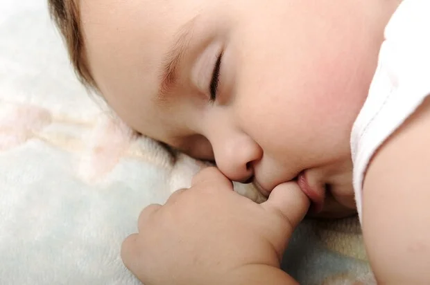 """4 thói quen xấu của con nhiều mẹ cho là """"hư"""" nhưng nó chứng tỏ trí não của bé đang phát triển tốt - Ảnh 1."""