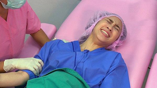 Vợ trong phòng sinh, chồng tôi đứng ngoài sụt sùi khóc, nhưng lúc bác sĩ báo mẹ tròn con vuông, anh lại bỏ đi để lại cho tôi nỗi uất hận tột cùng - Ảnh 1.
