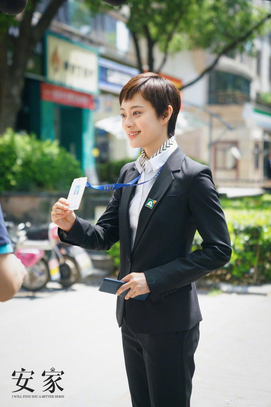"""Style công sở của Tôn Lệ trong phim mới khiến dân tình phân vân: Người khen đẹp, người chê vừa xấu vừa """"dừ"""" - Ảnh 3."""