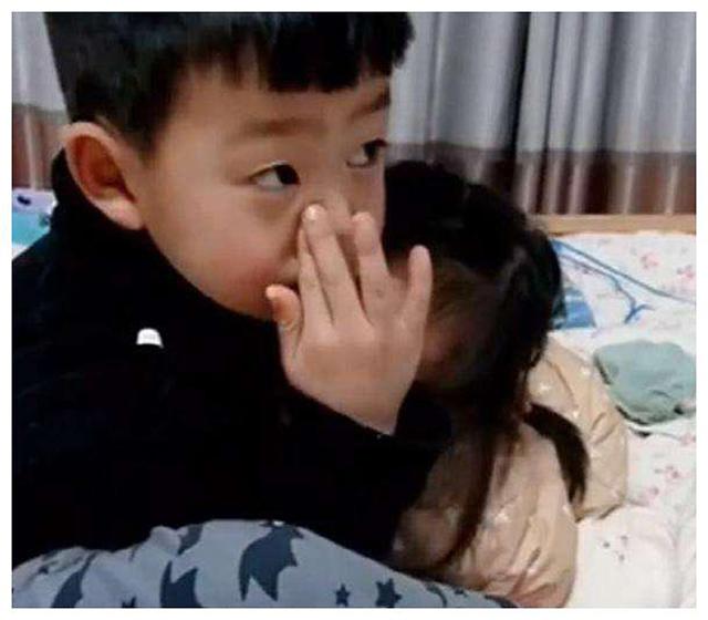 Bé gái bị mẹ mắng khóc nức nở, anh trai vỗ về an ủi khiến cộng đồng mạng tan chảy - Ảnh 2.
