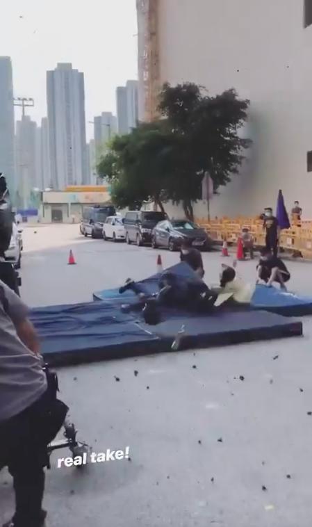 """""""Lực lượng phản ứng 2020"""" của TVB: Lộ cảnh nổ bom khiến người văng xa chục mét, Tuyên Huyên gặp nạn?  - Ảnh 5."""