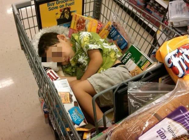 Con trai nghiền nát 18 gói mì trong siêu thị, nhưng phản ứng của người mẹ mới đáng trách - Ảnh 2.