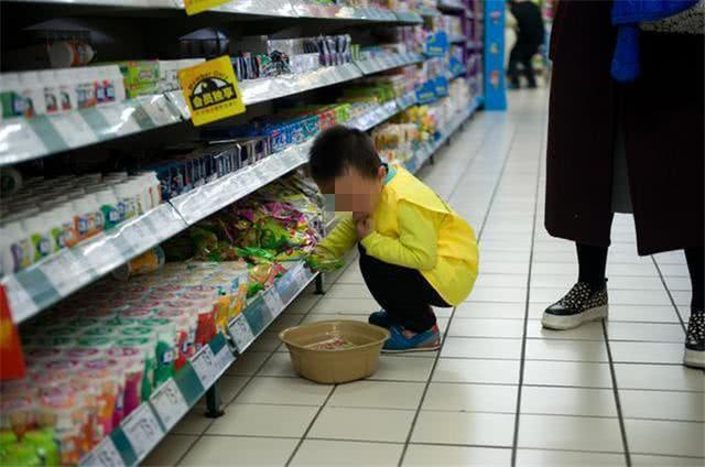 Con trai nghiền nát 18 gói mì trong siêu thị, nhưng phản ứng của người mẹ mới đáng trách - Ảnh 1.