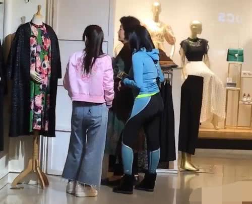 Biết con gái yêu sớm, mẹ không trách mà chỉ dẫn con đi mua quần áo - Ảnh 2.