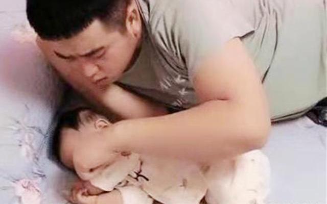 """Hình ảnh ông bố trẻ đang ngủ vẫn giật mình kiểm tra xem con còn thở không khiến ai nhìn cũng đồng cảm: """"Tôi cũng từng như vậy"""""""