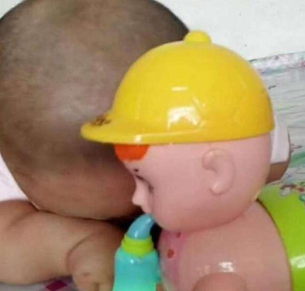 Khó hiểu vì con trai cứ nhìn thấy món đồ chơi bố mới mua là khóc ré lên, sau khi rõ nguyên nhân cả nhà được phen phì cười  - Ảnh 1.
