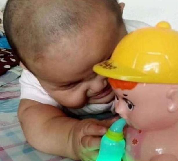 Khó hiểu vì con trai cứ nhìn thấy món đồ chơi bố mới mua là khóc ré lên, sau khi rõ nguyên nhân cả nhà được phen phì cười  - Ảnh 3.