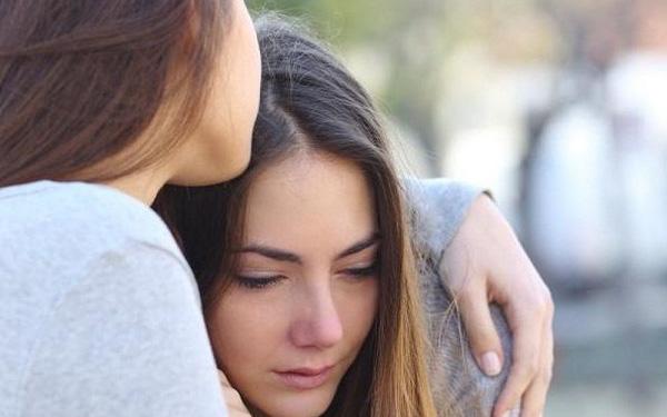 """Em dâu gọi điện khóc nức nở: """"Chị ơi, cứu em"""", tôi vội vã chạy xe qua rồi sửng sốt khi thấy cảnh em trai mình ném hết đồ của vợ ra sân"""