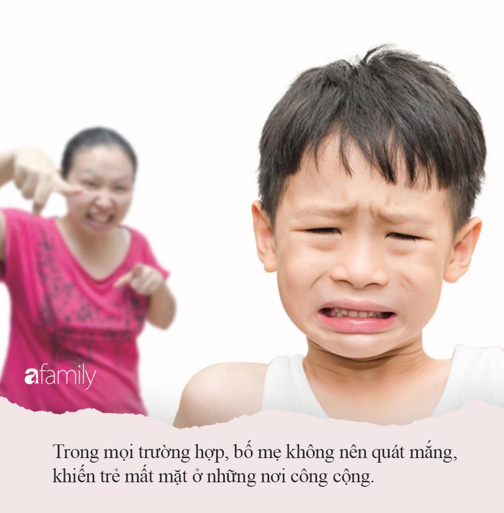 Con trai lỡ làm đổ nước ra quần áo, người mẹ oang oang nói 1 câu khiến mọi người xung quanh phẫn nộ thay cho đứa trẻ - Ảnh 4.