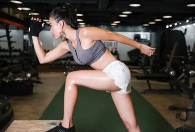 Thanh Hương toát mồ hôi khi thể dục thể thao nâng cao sức khỏe giữa mùa dịch.