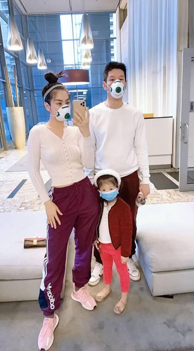 Gia đình Diễm Trang đeo khẩu trang nghiêm túc ở Ba Lan.