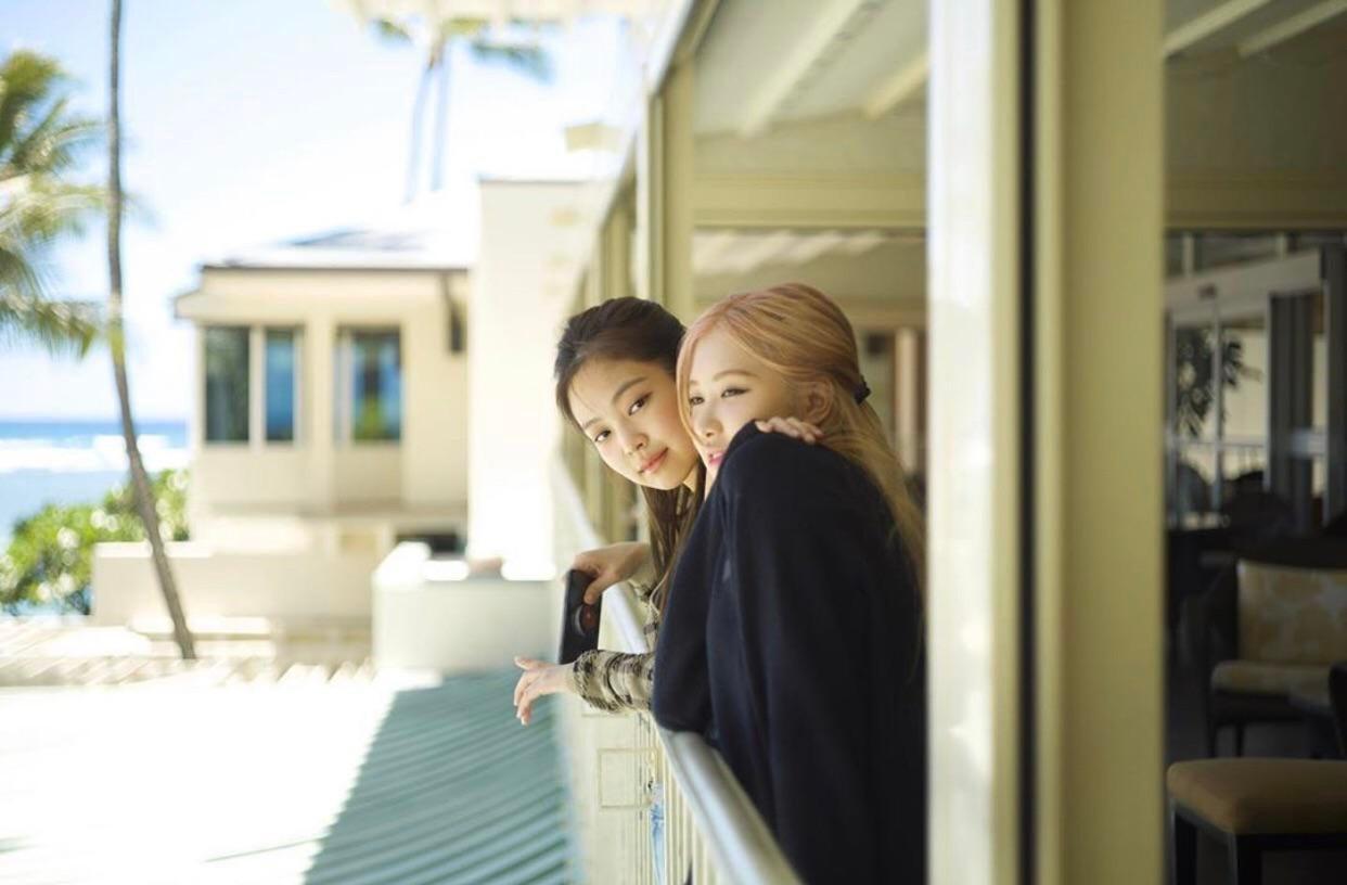 """Ai cũng cần lắm 1 người bạn như Lisa: Làm """"phó nháy"""" xuất sắc cho các chị em, fan vào copy cũng ra khối kiểu hay ho - Ảnh 1."""