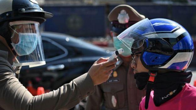 Ngày đầu tiên của Thái Lan trong tình trạng khẩn cấp kéo dài đến cuối tháng 4: Hơn 350 trạm kiểm soát được thiết lập khắp cả nước - Ảnh 3.