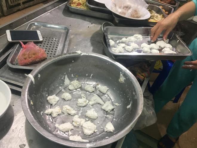 Nghỉ học, các con ở nhà giúp bố mẹ làm bánh trôi nước ngày Tết Hàn thực và thành quả tan nát khiến ai cũng cười nghiêng ngả - Ảnh 6.