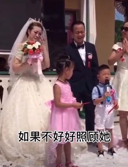 Cháu trai dằn mặt chú rể trong đám cưới của dì khiến mọi người cười lăn vì sự ngộ nghĩnh và già đời - Ảnh 2.