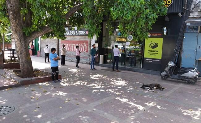 """Ấn Độ trong những ngày phong tỏa 1,3 tỷ dân: Phạt ngồi xổm, đánh roi người vi phạm và muôn kiểu """"tránh xa nhau"""" nơi công cộng - Ảnh 11."""