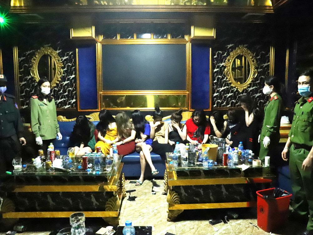 Vụ 76 nam nữ thanh niên thác loạn trong quán karaoke: Trèo lên cây trốn nhiều giờ vẫn bị bắt và đưa đi cách ly - Ảnh 6.