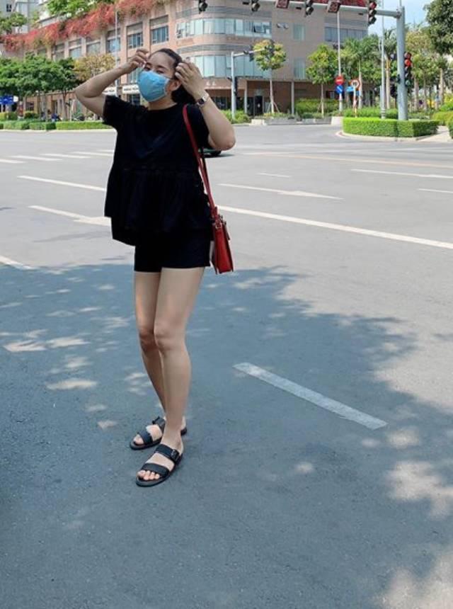 Lê Phương đeo khẩu tráng kín mít khi xuống phố.